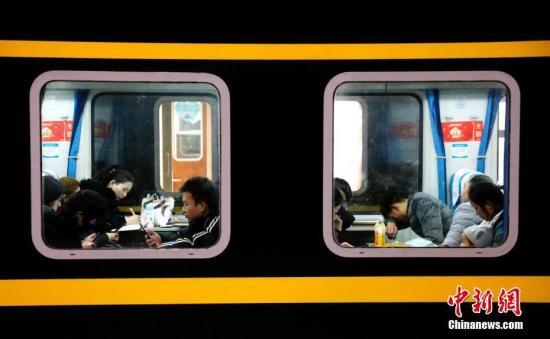 春运首日,来自五湖四海的旅客乘坐火车返回家乡。黄余洋 摄