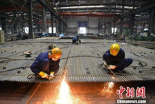 原料图:工厂车间忙碌股票排名工人。中新社记者 张浪 摄