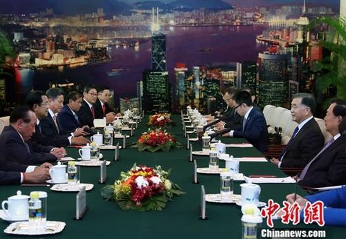 1月22日,全国政协主席汪洋在北京人民大会堂会见柬埔寨首相洪森。中新社记者 宋吉河 摄