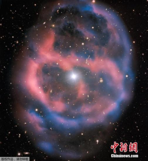当地时间1月21日,欧洲南方天文台(ESO)公布了行星状星云ESO 577-24的清晰照片。该照片捕捉到了其中明亮的中央恒星Abell 36、周围的行星状星云以及闪闪发亮的背景星系。