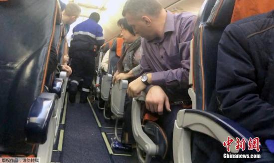资料图:载有69名乘客和7名机组人员的俄罗斯航空SU1515号航班,于当地时间1月22日14时55分起飞,原定从苏尔古特飞往莫斯科,但因被机上一名男性乘客要求改道飞往阿富汗而返航,目前已安全降落。
