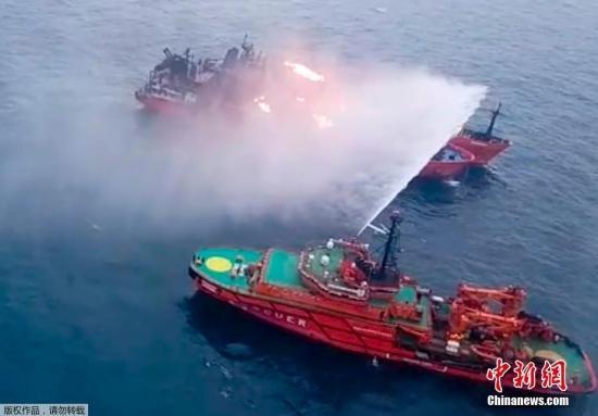 """资料图:俄联邦海河运输署当地时间1月21日称,悬挂坦桑尼亚国旗的""""康提""""号和""""艺术大师""""号轮船21日在刻赤海峡上起火,俄联邦海洋和河流运输局资料显示,两艘船上共有32人,其中12人已获救,11具尸体已经打捞到船上,还有9人失踪。"""