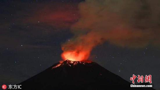當地時間1月22日,墨西哥普埃布拉,墨西哥境內的波波卡特佩特火山噴發,熔巖噴射場面驚險。據悉,波波卡特佩特火山是世界上最活躍的火山之一。圖片來源:東方IC 版權作品 請勿轉載