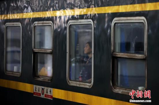 资料图:停靠火车站的列车。<a target='_blank' href='http://www.chinanews.com/'>中新社</a>记者 泱波 摄