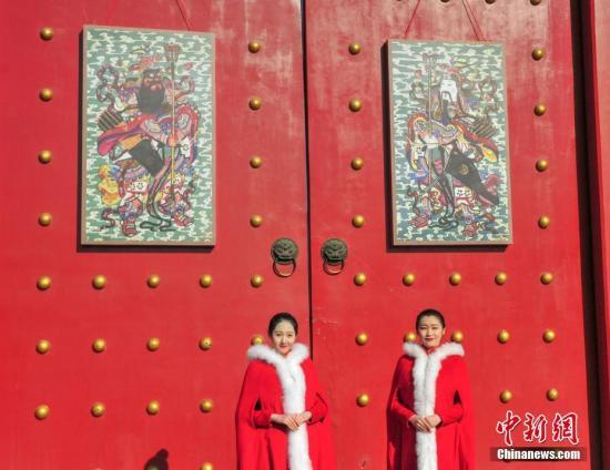 """资料图片:沈阳故宫挂出""""门神"""",迎接即将到来的农历新年。<a target='_blank' href='http://www.chinanews.com/'>中新社</a>记者 于海洋 摄"""