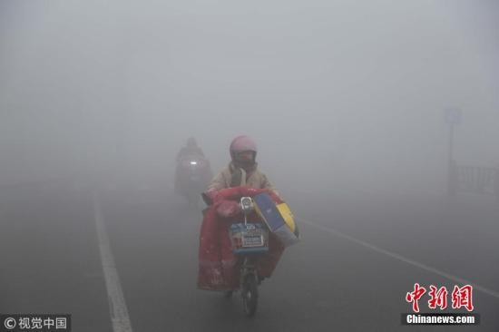 1月24日,江苏连云港赣榆区出现大雾天气,城区部分能见度不足一百米,给交通和市民出行带来不便。气象部门提醒市民:出行注意交通安全。邵世新 摄 图片来源:视觉中国