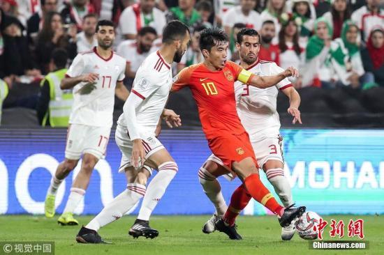 资料图:中国与亚洲顶尖强队的差距,从亚洲杯8强战0:3不敌伊朗的比赛中便可一目了然。 图片来源:视觉中国