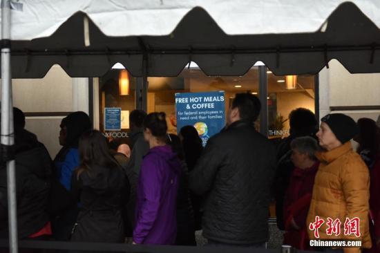 """资料图:美国政府停摆期间,一家公益组织连日来在华盛顿搭设""""应急食堂""""和""""物资中心"""",为联邦雇员免费提供餐食和日用品。 <a target='_blank' href='http://www.chinanews.com/'>中新社</a>记者 陈孟统 摄"""