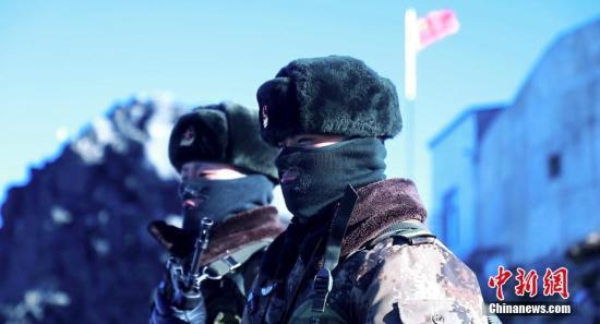 """2019年中国传统节日春节和藏历新年即将来临,坚守在中国西藏边防一线哨所的官兵们和往年一样,站在山顶遥望家园,一丝不苟守卫边关。在西藏数千公里边防线上的官兵们不能回家过年,他们依然在边境一线,把国家的领土""""装进""""视野,默默守护着边关。图为西藏边境一线哨所官兵。/p中新社发 西藏军区供图"""
