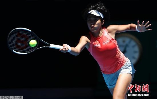 资料图:当地时间1月25日,2019年澳大利亚网球公开赛进入女双决赛较量,张帅/斯托瑟6-3/6-4挑落卫冕冠军巴博斯/梅拉德诺维奇,首次携手夺得大满贯冠军。张帅首夺大满贯冠军,成为第六位捧得大满贯桂冠的中国大陆金花、第四位拿下女双大满贯的中国大陆球员,也是13年来第一位夺得澳网女双冠军的中国球员。图为张帅比赛中。