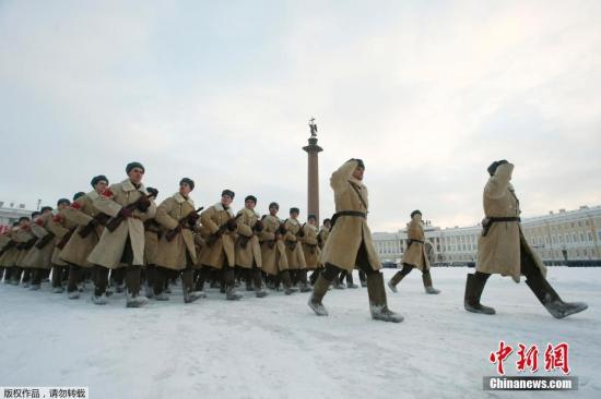 当地时间1月24日,俄罗斯圣彼得堡举行阅兵带妆彩排,迎接列宁格勒保卫战完全解除封锁75周年。