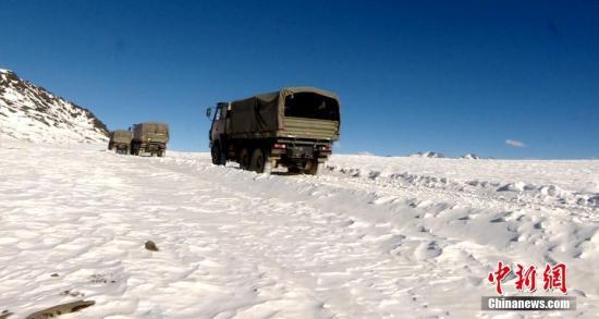 """2019年中国传统节日春节和藏历新年即异日临,坚守在中国西藏边防一线哨所的官兵们和去年相通,站在山顶遥看家园,幼心郑重守卫边关。在西藏数千公里边防线上的官兵们不及回家过年,他们照样在边境一线,把国家的领土""""装进""""视野,稳定守护着边关。图为西藏边防一线哨所运送物资。中新社发 西藏军区供图"""