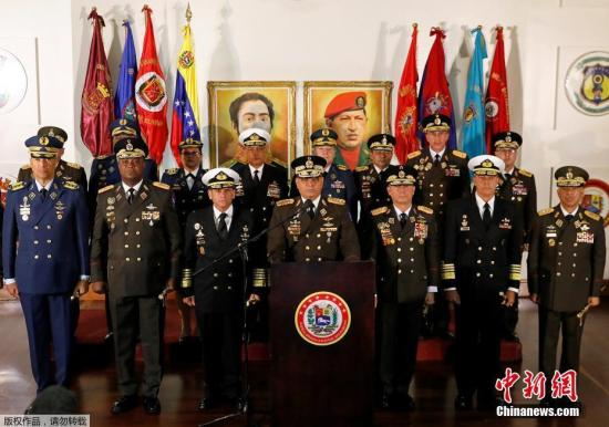 当地时间1月24日中午,委内瑞拉国防部长洛佩斯通过电视讲话宣读了军队对于委内瑞拉局势的声明。声明称,委内瑞拉军方将继续坚持此前的立场,承认马杜罗为合法总统。