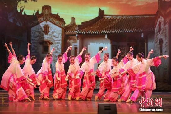 图为舞蹈《请茶》以歌舞形式生动展现潮汕文化传统,演员舞姿轻盈灵动,乐曲欢快俏皮。中新社记者 谢光磊 摄