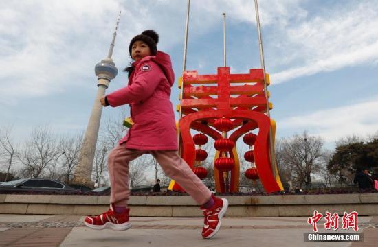 """1月27日,北京玉渊潭公园2019年春节文化聚焦""""福满京城,春贺神州"""",突出体现年景、年味、年花、年饭、年俗五大主题,烘托出喜气洋洋的迎新春氛围。中新社记者 杜洋 摄"""