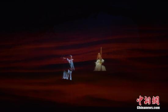 25日晚,大型民族器乐剧《玄奘西行》在美国肯尼迪表演艺术中心上演。该剧用中国传统民族器乐向美国观众讲述了玄奘西行的传奇故事。<a target='_blank' href='http://www.chinanews.com/'>中新社</a>记者 沙晗汀 摄