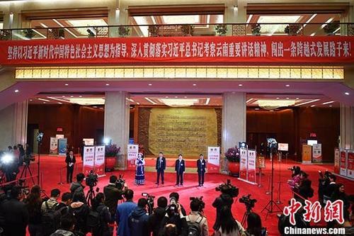 """资料图:1月27日,云南省第十三届人民代表大会第二次会议在昆明开幕。几名代表在""""人大代表通道""""接受媒体现场采访。中新社记者 刘冉阳 摄"""