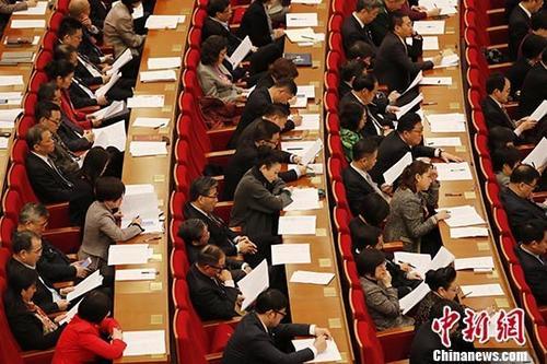 1月27日,上海市第十五届人民代表大会第二次会议在上海世博中心开幕。图为代表们听取上海市市长应勇作市政府工作报告。<a target='_blank' href='http://www.chinanews.com/'>中新社</a>记者 殷立勤 摄