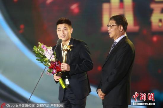 资料图:恩师徐根宝为武磊现场颁奖。图片来源:Osports全体育图片社