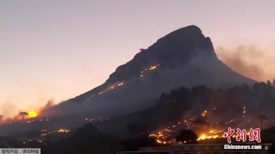 当地时间1月27日,南非开普敦一山地爆发山火,现场浓烟滚滚。