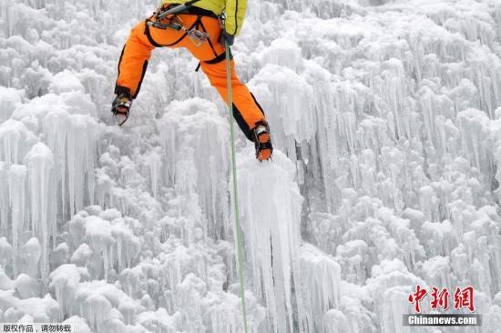 资料图:捷克利贝雷茨市一座庭院里的人造冰墙上,民众正在挑战冰上攀岩。