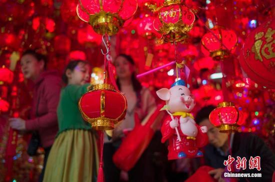资料图片:春节时,中国人有贴对联、挂中国结和红灯笼、发红包等习俗。图为市民选购灯笼。<a target='_blank' href='http://www.chinanews.com/'>中新社</a>记者 骆云飞 摄