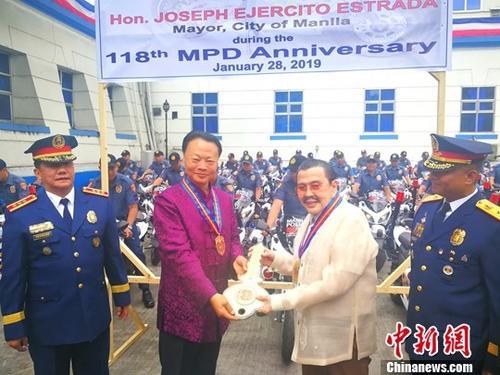1月28日,中国驻菲律宾使馆向马尼拉市政府捐赠50辆电动警摩车,交接仪式在马尼拉警察局总部举行。中国驻菲律宾大使赵鉴华(前左一)与菲前总统、马尼拉市市长埃斯特拉达(前左三)共同出席仪式并致辞。中新社发 高卫华 摄