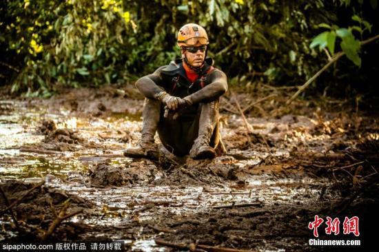 巴西矿坝溃坝事故现场 救援人员泥浆里寻找遇难者。图片来源:Sipaphoto版权作品 禁止转载