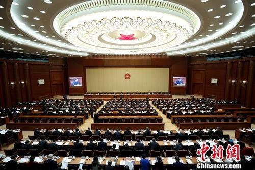 """十三届全国人大常委会第八次会议在北京人民大会堂举行第一次全体会议。会议听取了全国人大宪法和法律委员会主任委员李飞作的关于外商投资法草案修改情况的汇报。在""""投资促进""""一章,草案二审稿作出多处修改和完善,以体现中共十九大报告提出的""""凡是在我国境内注册的企业,都要一视同仁、平等对待""""的精神。<a target='_blank' >中新社</a>记者 杜洋 摄"""