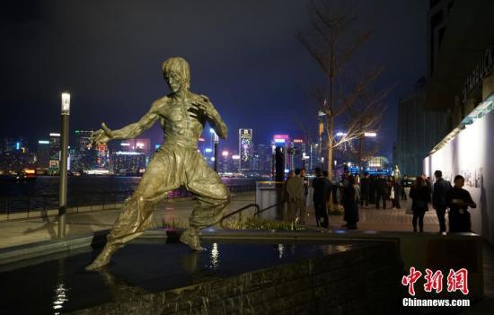 资料图:李小龙铜像。中新社记者 张炜 摄