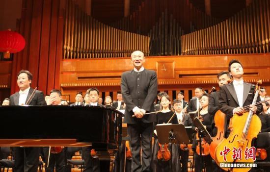 当地时间1月29日,第五届中国—欧盟文化艺术节在布鲁塞尔拉开帷幕,知名音乐家谭盾指挥广州交响乐团奉献了一场中西合璧的精彩演出。中新社记者 德永健 摄
