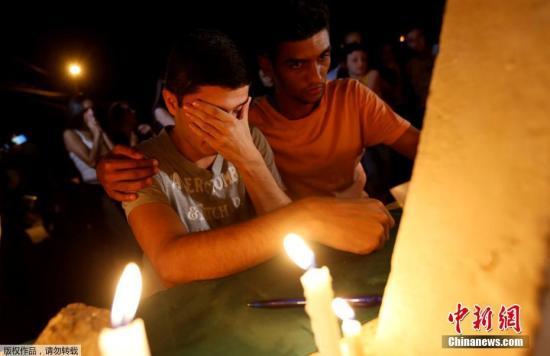 当地时间1月29日,巴西Brumadinho,巴西淡水河谷矿业公司拥有的一座尾矿坝坍塌五天后,受害者和失踪者的亲属在Brumadinho市入口处进行守夜。当地官员们称,巴西周二逮捕了五名工程师,其中包括两名德国公司的工程师。发生在上周的矿坝决堤事故造成至少65人死亡,300人失踪。