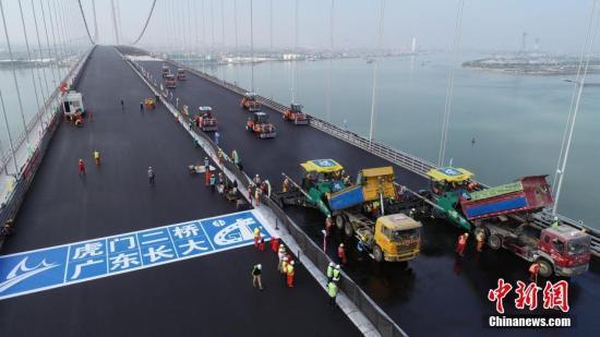 资料图:1月30日,粤港澳大湾区又一重要过江通道虎门二桥项目的两座主桥钢桥面环氧沥青铺装工程完成,预计今年5月1日前通车。中新社发 岳路建 摄