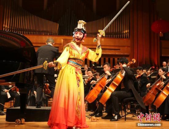 """当地时间1月29日,第五届中国—欧盟文化艺术节在布鲁塞尔拉开帷幕,知名音乐家谭盾指挥广州交响乐团奉献了一场中西合璧的精彩演出。谭盾创作的钢琴与京剧青衣交响诗《霸王别姬》通过钢琴协奏和京剧表演,演绎""""霸王别姬""""主题,呈现出浓厚的京韵、诗意及现代意味。中新社记者 德永健 摄"""