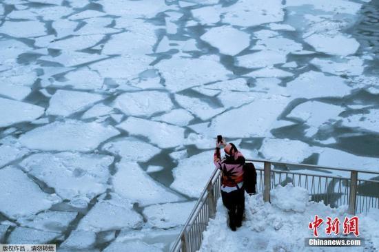 当地时间1月28日,美国中西部笼罩在暴风雪中,学校和商家纷纷关闭。图为芝加哥河河面结冰。