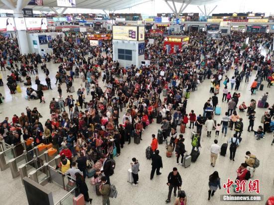 1月29日晚,深圳北站通报称,该站当天发送旅客21万人次。图为旅客候车。中新社记者 陈文 摄