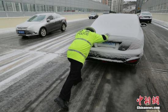 资料图:江苏省连云港市迎来大雪天气,对春运造成一定影响。 中新社发 王健民 摄 图片来源:CNSPHOTO
