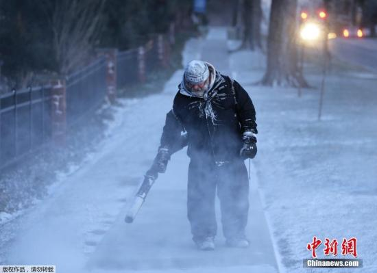 近日,一股强劲的北极寒流将袭击美国,数以百万计居民面临可能破纪录的危险低温。报道称,30日美国中西部将达到自上世纪九十年代中期以来的最低温。图为新泽西州,工作人员在清理道路上的积雪。图为当地时间1月30日,美国国家气象局对纽约州北部的部分地区发出了暴风雪的警告,并建议人们尽可能待在室内。