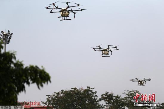 当地时间1月31日,泰国曼谷大都会管理局(Bangkok Metropolitan Administration)派出无人机进行喷水,以减少空气污染。