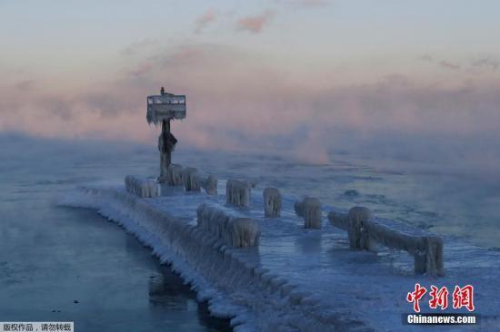 """当地时间1月30日,美国芝加哥遭遇极寒天气,温度降至零下32摄氏度,新的寒流""""冰封""""了密歇根湖及其沿岸,一眼望去白茫茫一片,湖水结冰,冰柱林立,宛如一座纯白唯美的""""冰雕公园""""。"""