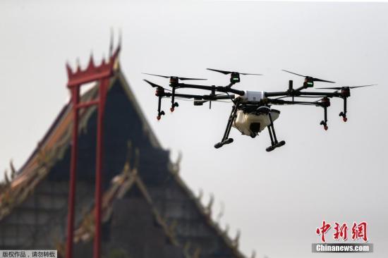 资料图:当地时间2019年1月31日,泰国曼谷大都会管理局派出无人机进行喷水,以减少空气污染。
