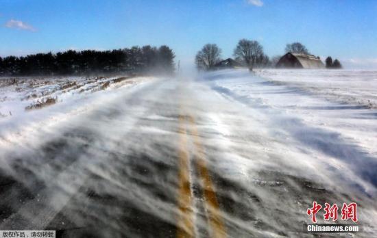 近日,一股强劲的北极寒流将袭击美国,图为宾夕法尼亚州兰开斯特的一条被暴风雪覆盖的公路。