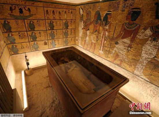 资料图:埃及卢克索的帝王谷,游客参观经过修复的图坦卡蒙墓穴。