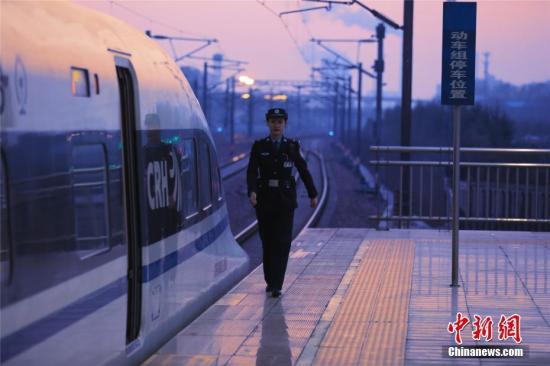 资料图:1995年出生的陈彦君今年24岁,是郑州铁路公安处郑州乘警支队高铁大队的一名新警,2019年春运是她工作以来的第一个春运,而这个春节,也是她第一个不能回家的春节。周延民 摄