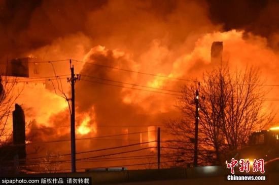 当地时间1月31日,美国新泽西州埃尔姆伍德一家造纸厂发生大火,火光映红天际。