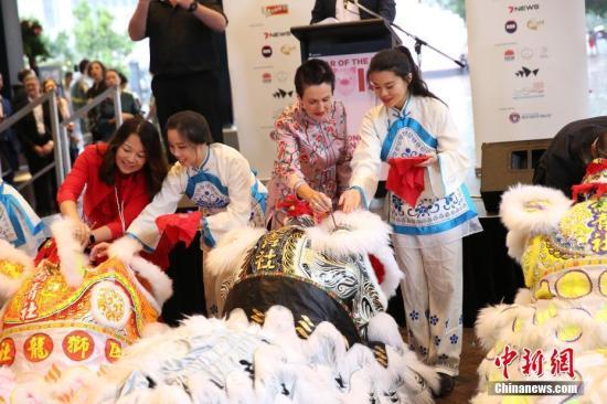 2月1日傍晚,悉尼农历节(Sydney Lunar Festival)拉开帷幕。图为悉尼市长克罗芙·摩尔(右二)为醒狮点睛。中新社记者 陶社兰 摄