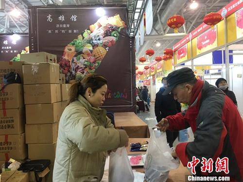 2019年2月1日,第十一届合肥年货展在安徽国际会展中心拉下帷幕,展区首次设立的台湾高雄馆受到合肥市民追捧,14个货柜销售额达210余万元人民币。中新社记者 赵强 摄