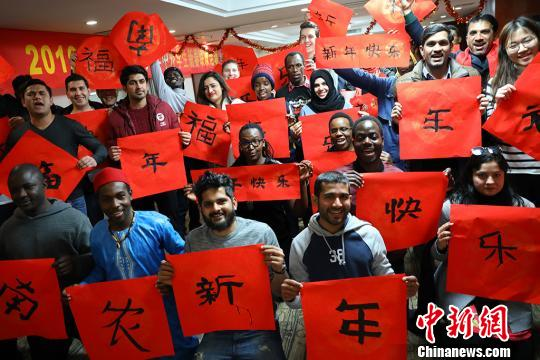 International students in China write Chinese characters to greet the Chinese Lunar New Year. (File photo/China News Service)