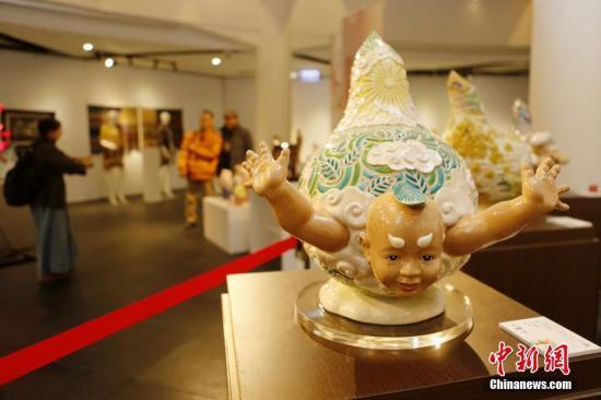 """2月2日,""""台湾工艺之巅""""展览在台北开幕,展出62位台湾工艺家的109件作品。作品包括木工艺、陶瓷工艺、金属工艺、竹籐工艺等。中新社记者 陈小愿 摄"""