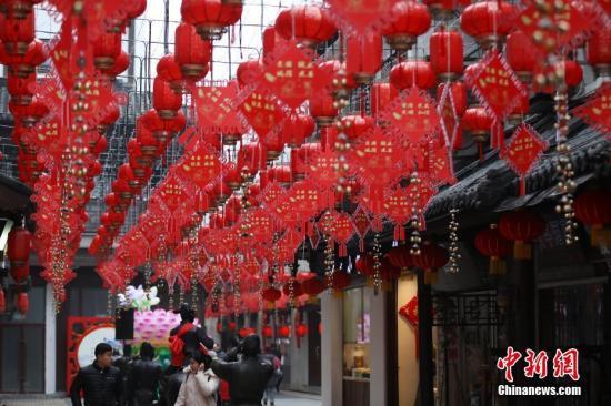 2019年2月2日,农历猪年将至,南京街头张灯结彩,喜气洋洋迎新春。中新社记者 泱波 摄